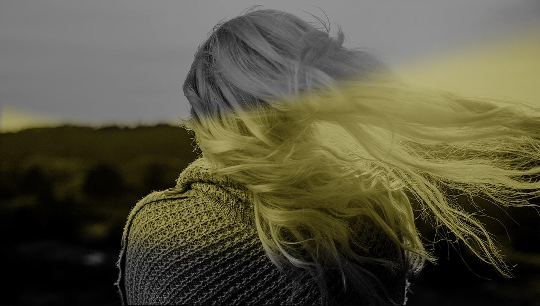 Девушка блондинка фото спиной на аву черно белые